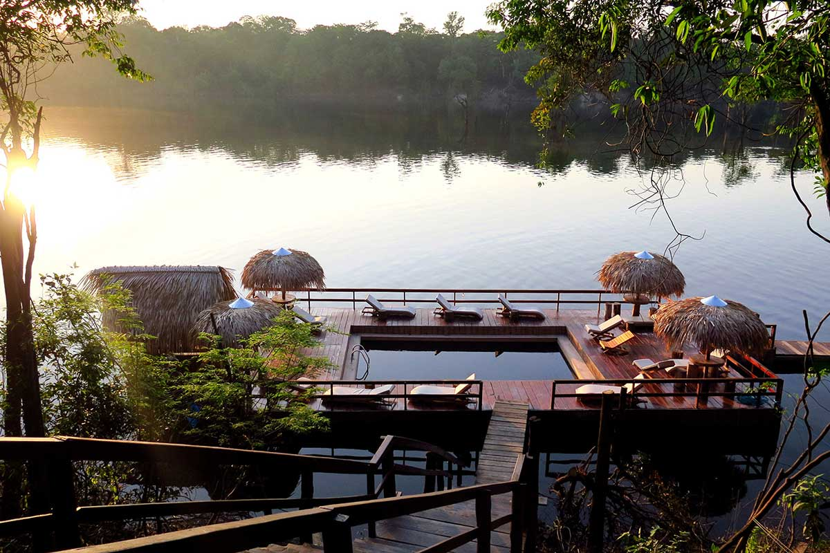 Um dos maiores destaques do Juma Lodge é a piscina com água do rio negro