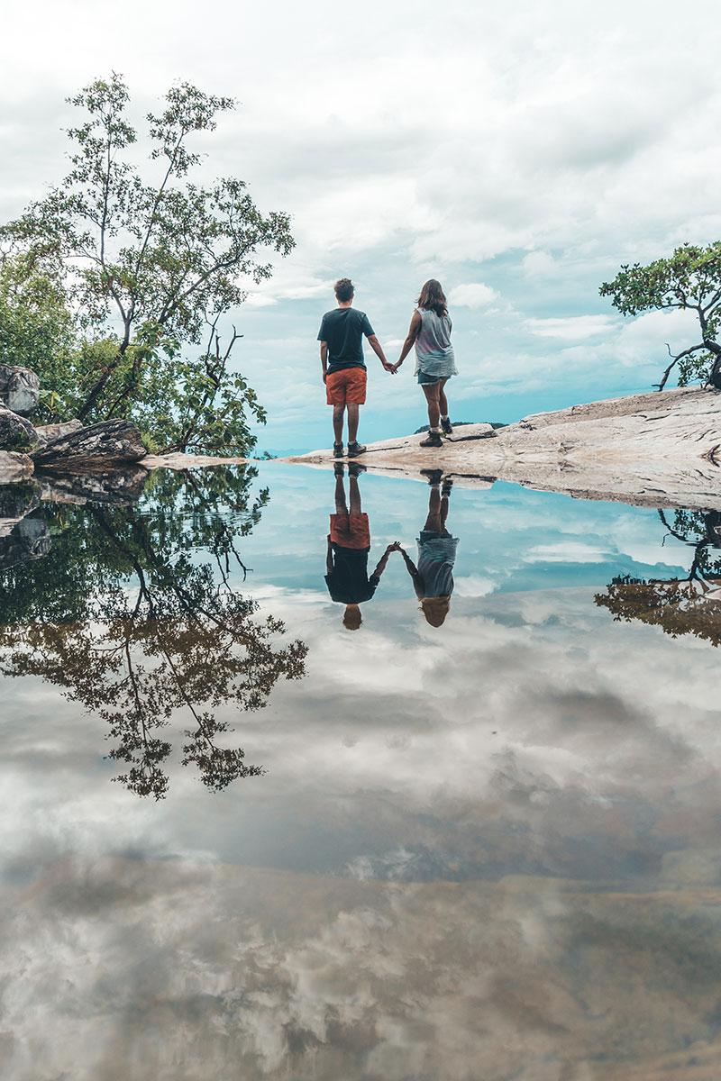 Aproveitando o reflexo criado pela Cachoeira do Abismo para tirar lindas fotos na trilha do mirante da janela