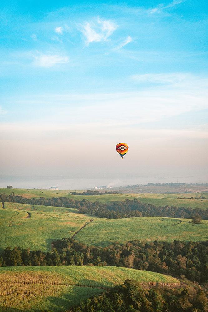 vista do vale durante o vôo de balão em boituva