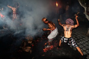 Perang Api di Desa Petulu, Ubud - Gianyar (dok. temansetaman)