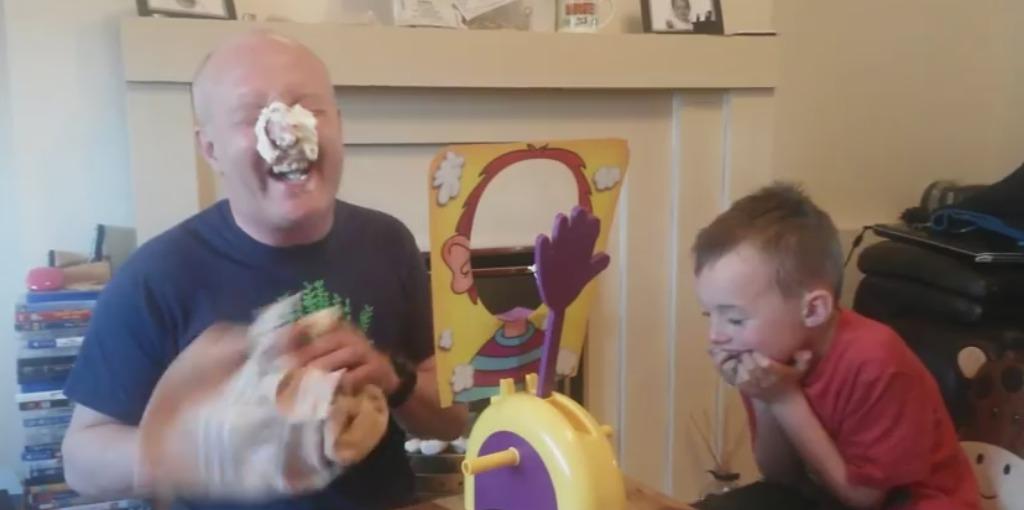 パイが顔面に当たる!? パパと息子のパイのロシアンルーレットゲームで爆笑の結末 | チャンネル「てみた」