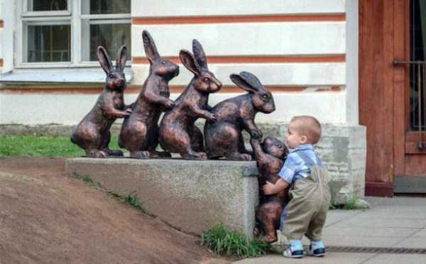 people-having-fun-with-statues-1