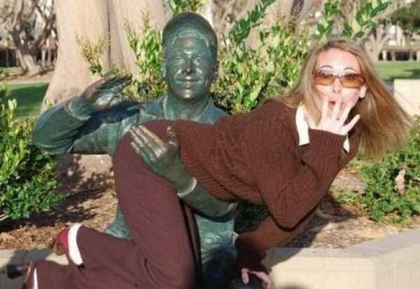 people-having-fun-with-statues-18