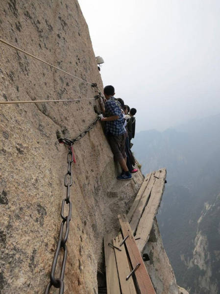 these_adventure_seekers_are_really_living_on_the_edge_640_21