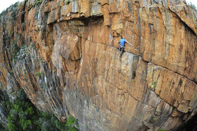 these_adventure_seekers_are_really_living_on_the_edge_640_24