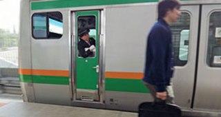 締まったドアの電車のドアを叩いて乗り込もうとする客に車掌の一言「これって言い過ぎ?」