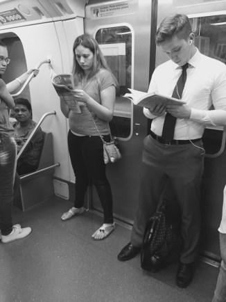 Leitor concentrado na leitura de O Poder do Hábito