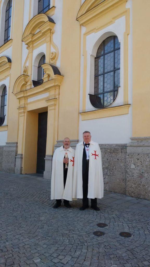 OBr. Wolfgang (l) und OBr. Klaus (r) begleiten die Pilger nach Altötting