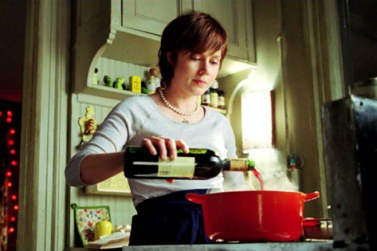 Julie cozinhando