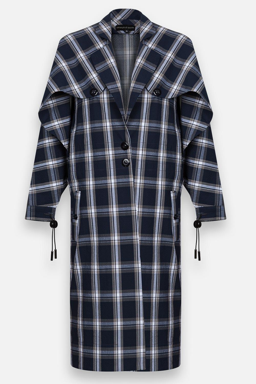 Packshot d'un long manteau à carreaux sur fond blanc