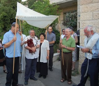 Bringing the Torah to the Synagogue