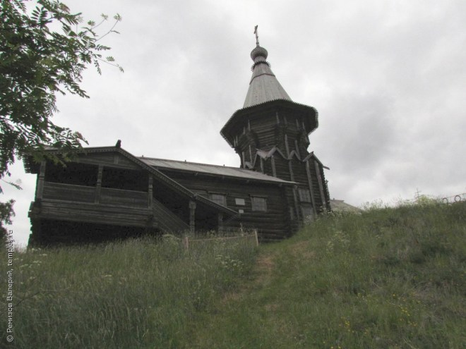 Петропавловская церковь на Лычном острове на озере Сандал в Кондопожском районе республики Карелия. Фотография.