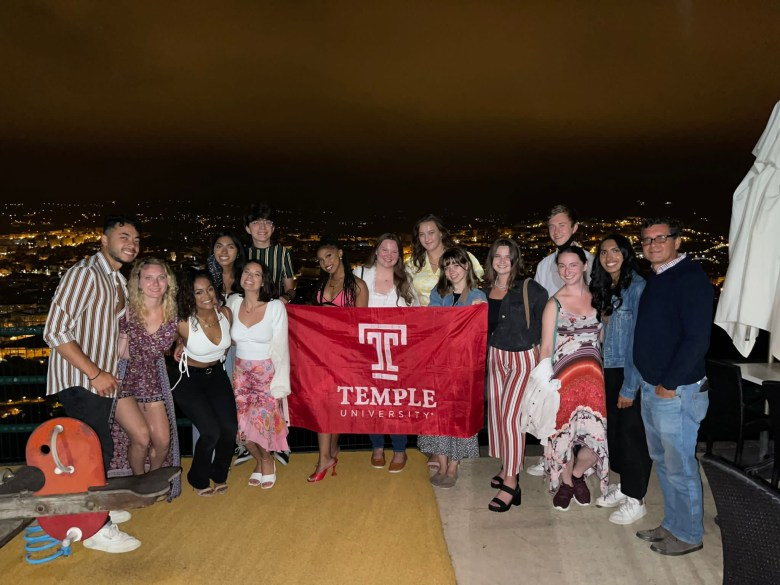 All of the Temple Spain students and Jaime at the last Jaime dinner for Summer 2021