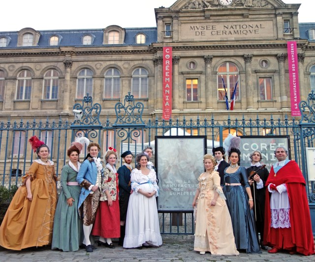 Notre petit groupe devant le musée en costumes de la 2e moitié du 18e siècle || Our little company in front of the museum with our costumes (2d half of the 18th century).