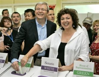 Kevin Rudd, leader de l'opposition travailliste australienne, lors de son vote samedi (AP)