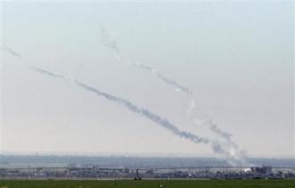 Panaches de fumée après le tir de deux roquettes (Reuters)