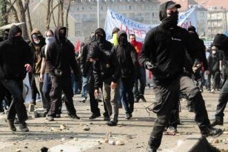 Des membres des Black-bloc, lors des manifestations anti-Otan de Strasbourg (Sipa)