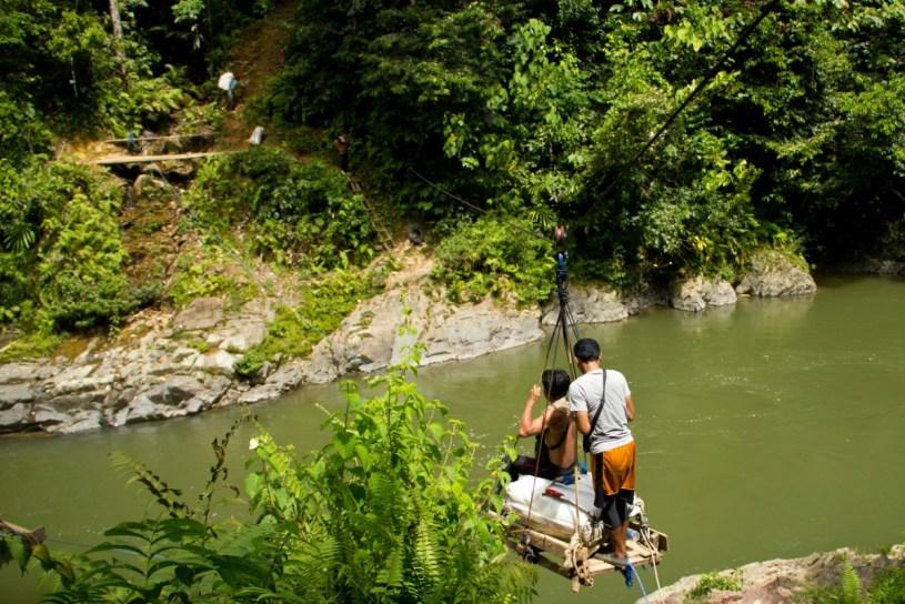 Meluncur Seberangi Sungai