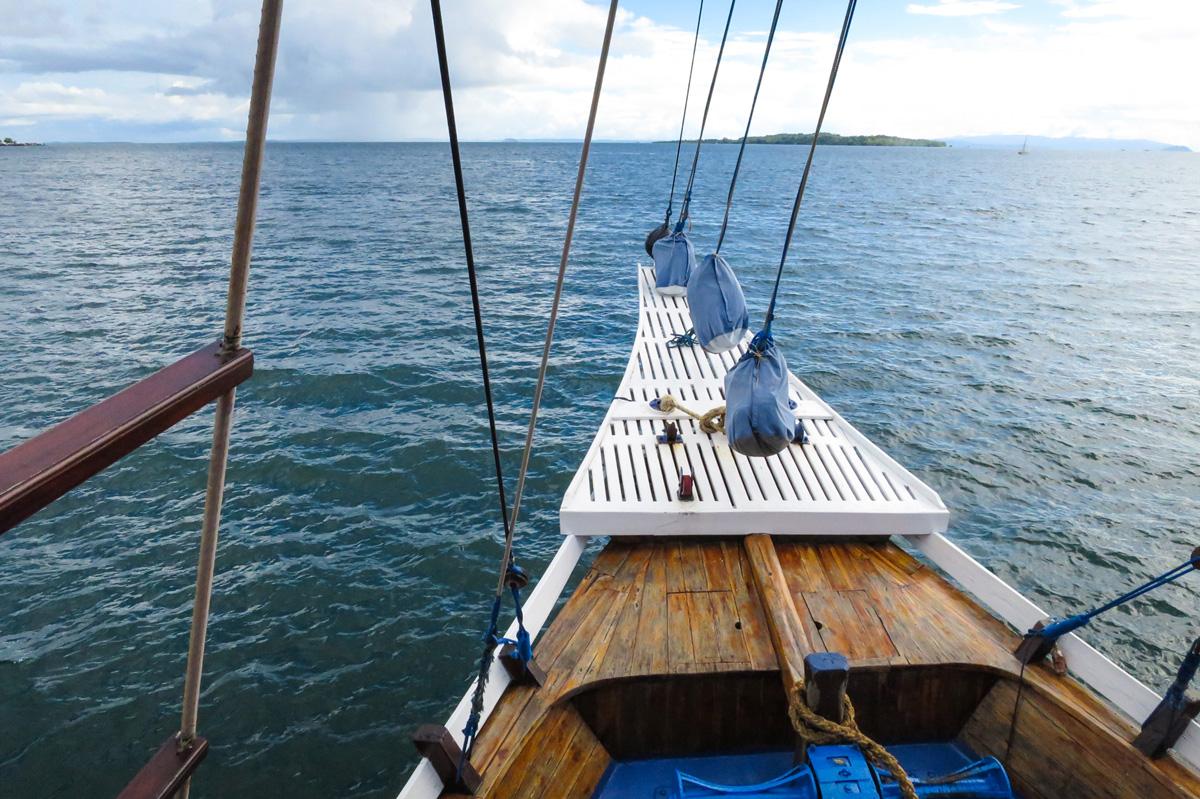 menjadi pelaut: haluan kapal pinisi