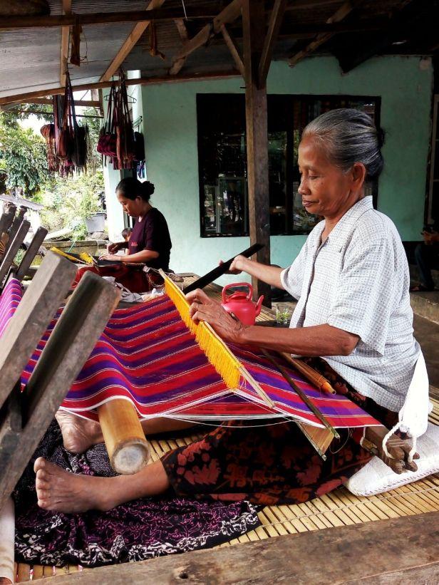 Ibu-ibu Penenun dari Desa Bayan