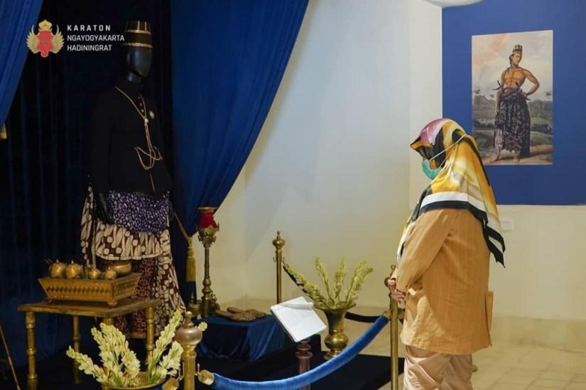 Seorang Pengunjung Pameran Sang Adiwira Sri Sultan HB II