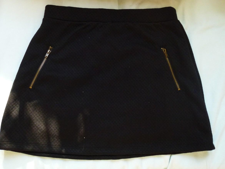 Une jupe noire molletonnée Avant première 30euros