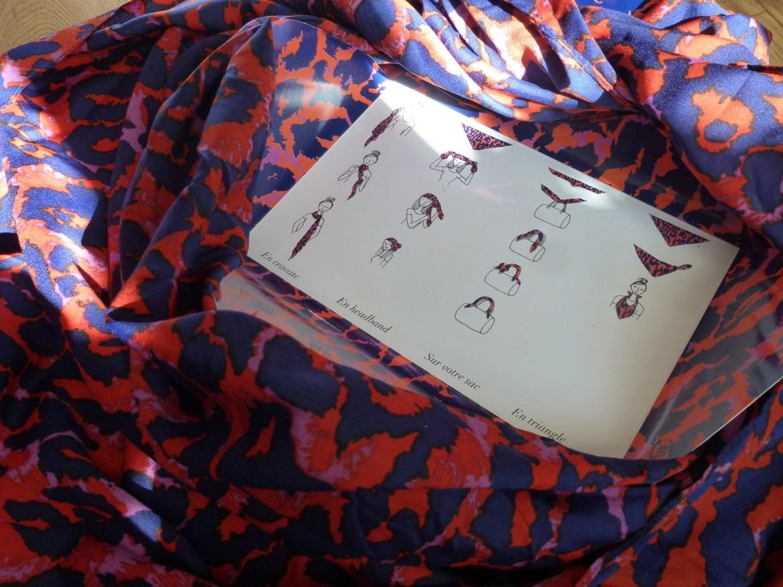 Un foulard carré avec son mode d'emploi utile &#x3B;)