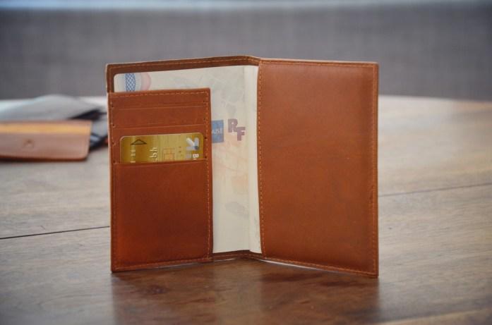 porte passeport marron clair ouvert rempli