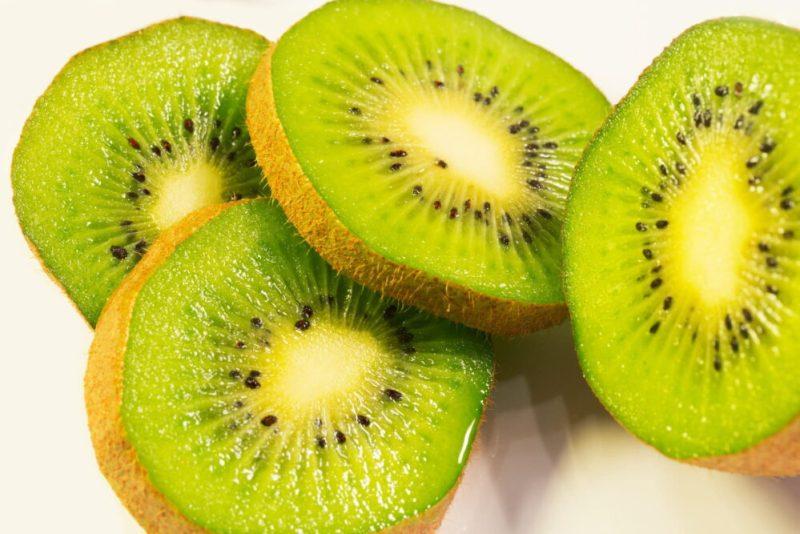 Beneficios del Kiwi en las mañanas
