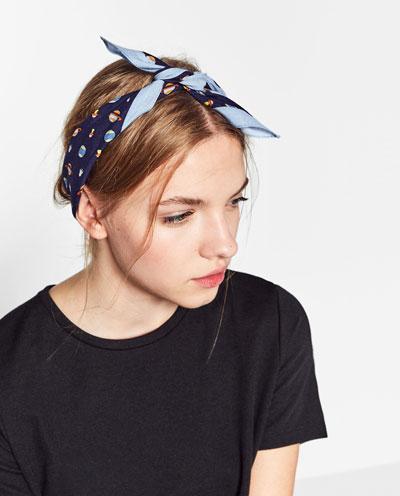 Porque un pañuelo se puede atar en el cuello, sí, pero también crea un estilo propio si nos lo ponemos como bandana. Zara
