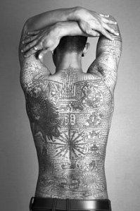 hombre_tatuaje_espalda