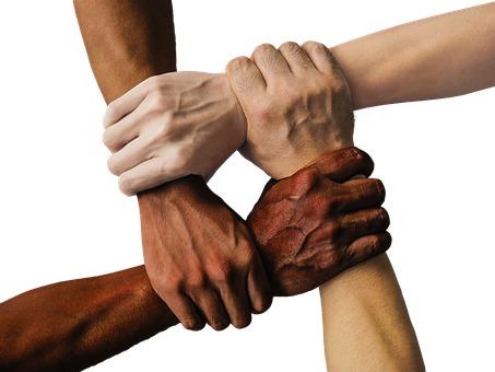 manos cruzadas amistad