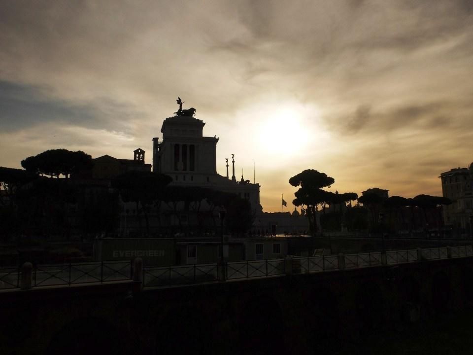Contre-jour à Rome sur le monument dédié à Victor-Emmanuel 2