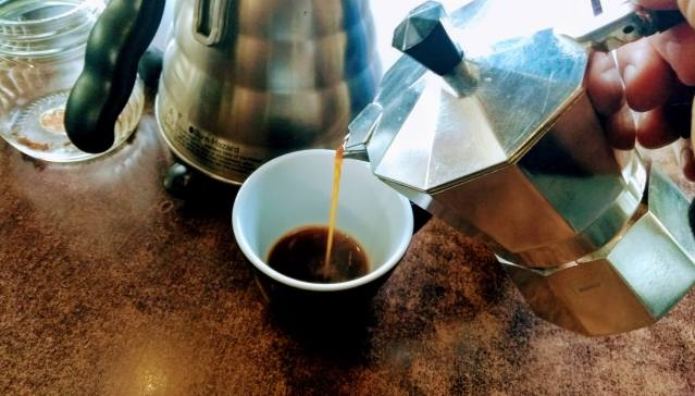 Sada izlij kavu u šalice zagrijanje onim viškom vruće vode. Mokka.