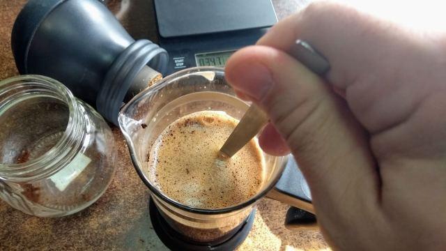 Promiješajte kavu u French Pressu.