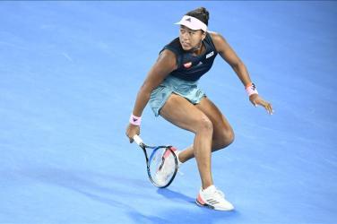 Tenisitka Naomi Osaka odbijająca piłkę z beckhendu