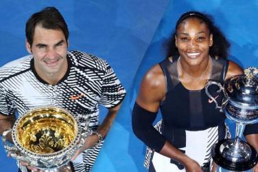 Serena Williams i Roger Federer trzymający puchary
