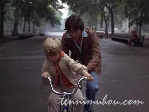 自転車の練習をするテッドとビリー
