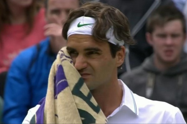 Roger pained expression scrunchy face squint grimace injury Malisse match Federer Wimbledon 2012 screencaps images pictures towel photos white headband