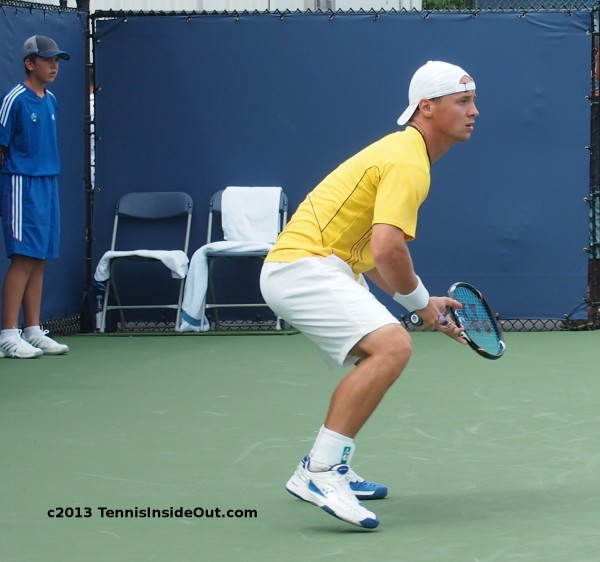 Berankis return of serve receiving squat tiptoes backwards hat photos Cincinnati Masters 2013