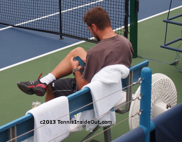 Stanislas Stan Wawrinka practice with Paire Cincinnati phone texting tweeting Twitter chat pictures