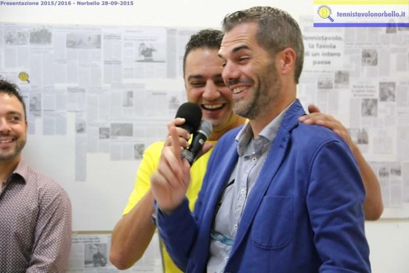 Massimiliano Mondello scherza con Simone Carrucciu (Foto Gianluca Piu)