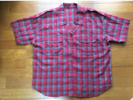 この開襟シャツは、記者になった年の夏、記者らしい服というイメージで母が作ってくれました。