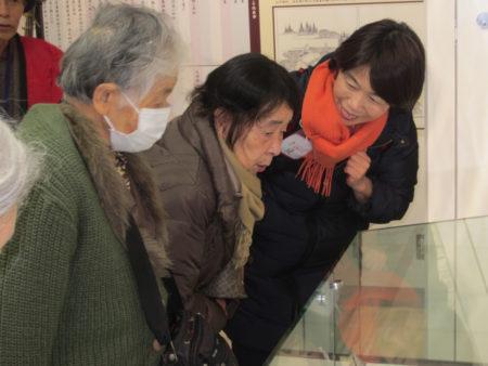 旅のお手伝いをした堤玲子さん(写真右)