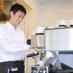 業務用のコーヒーメーカーを使う飲食店経営者