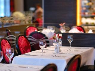 飲食店のテーブルとワイングラス