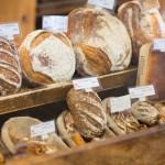 棚に並べられたパン