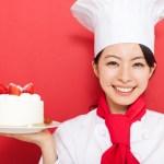 ケーキを持つ女性パティシエ