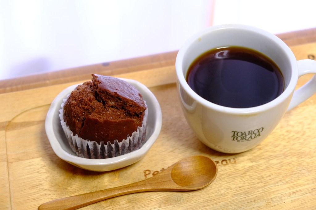 チョコバナナ蒸しパンとホットコーヒー