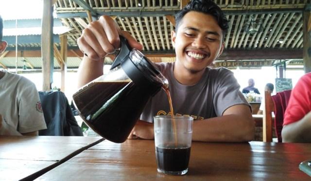 Foto: Ngobrol asik dengan Mas Danu selaku barista Kopi Sabin (Dokumen Pribadi)